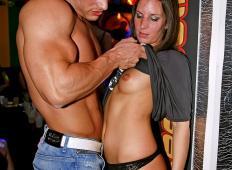 Vroči moški striperji, ki naredijo vse ženske potrebne