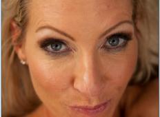 Potrebne milfice naredijo svoje seksi slike za spletne profile