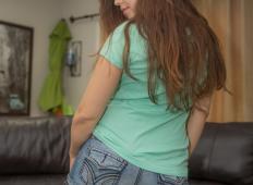 Mlada punca se v poslika v seksi perilu