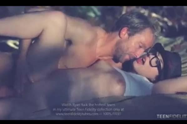 Mladenka z očali in vroči seks